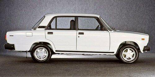 Советско-российский автомобиль LADA 2107-вид сбоку