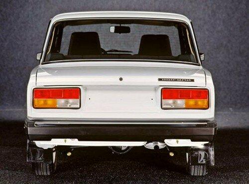 Советско-российский автомобиль LADA 2107-задний план