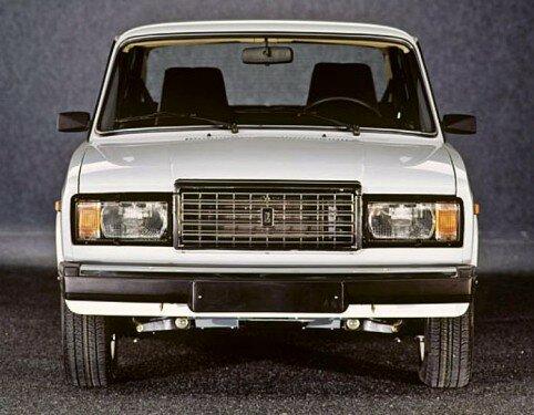 Советско-российский автомобиль LADA 2107-передний план