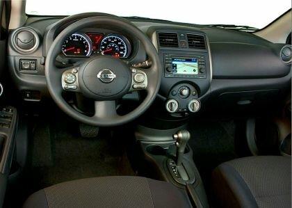Седан Nissan Versa - интерьер