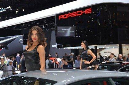 Девушки на автосалоне-4